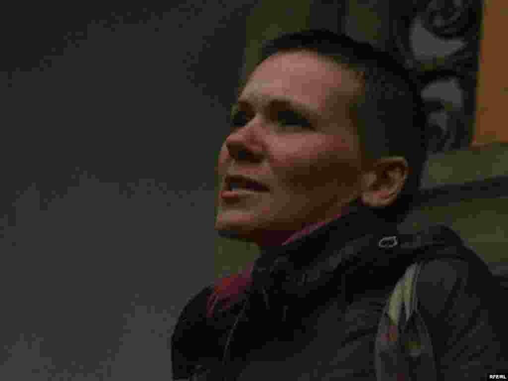 Перад удзельнікамі выступае адна з арганізатарак пратэсту, мастачка Ніка Сандрас - Пратэст супраць рэканструкцыі Лошыцкага парку ў Менску, 21 ліпеня 2008 году