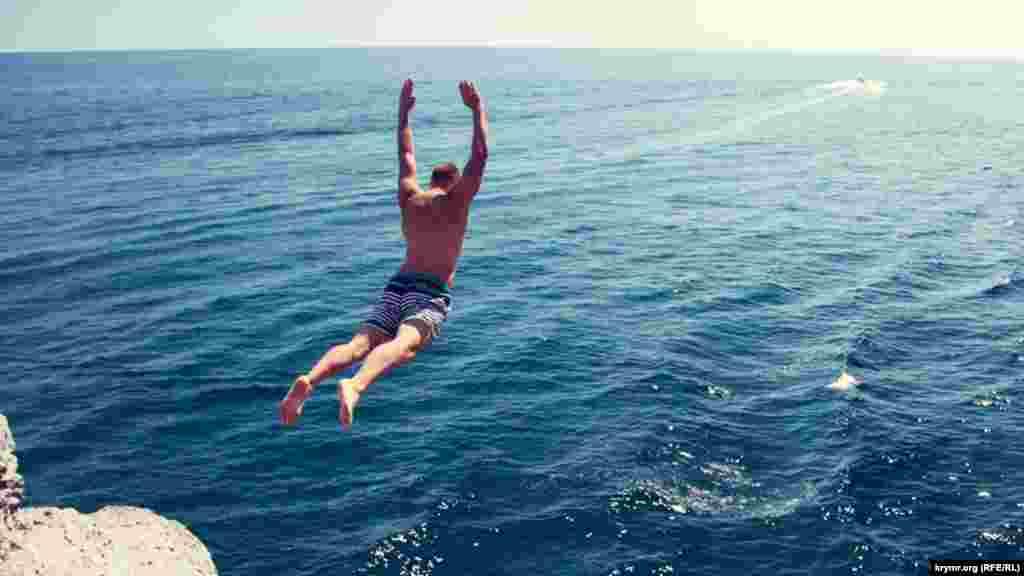 Чоловік стрибає з гори біля грота Шаляпіна в Новому Світі поблизу Судака