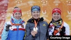 Казахстанская биатлонистка Алина Райкова (в центре) выиграла золото Универсиады. Осрблье, 25 января 2015 года.