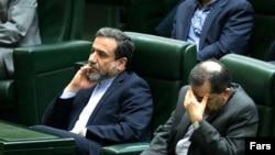 عباس عراقچی، رئیس هیئت مذاکرهکننده ایران (چپ)