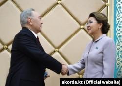 Спикер сената Казахстана Дарига Назарбаева вручает своему отцу экс-президенту Нурсултану Назарбаеву удостоверение «почетного сенатора».