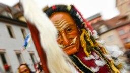 """<p dir=""""rtl"""">اوج جشنها و مراسم خیابانی کارناوال، در دورهایست که با نام «پیشا روزه» شناخته میشود. دورهای موسوم به «چله روزه» که معمولا با عبادت، روزه، پرهیزکاری، نماز و نیایش ادامه مییابد و به عید پاک پیوند میخورد. (در تصویر: آلمان)</p>"""