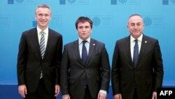 Генсекретар НАТО Єнс Столтенберґ, голови МЗС України Павло Клімкін і Туреччини Мевлют Чавушоглу (л -> п) перед зустріччю в Анталії, 13 травня 2015 року