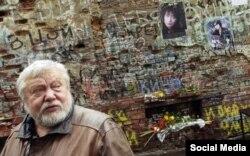 Сергей Соловьев у стены Цоя