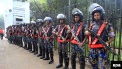Bangladeshi police guards outside the war crimes tribunal as it heard a case against Jamaat-e-Islami leader Mir Quasem Ali in Dhaka (file photo).