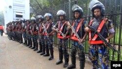 Силы полиции Бангладеш стоят у здания суда. Дакка, 2 ноября 2014 года. Иллюстративное фото.