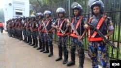 Сот ғимаратын күзетіп тұрған Бангладеш полициясының жасағы. Дакка, 2 қараша 2014 жыл. (Көрнекі сурет.)
