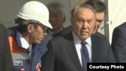 Президент Казахстана Нурсултан Назарбаев на встрече с рабочими на строительстве моста через реку Иртыш. Павлодар, 29 сентября 2016 года.