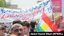 АКШга ыраазычылык билдирген күрттөр Эрбил шаарындагы консулдуктун сыртында демонстрация өткөрүштү. 11-август, 2014-жыл.