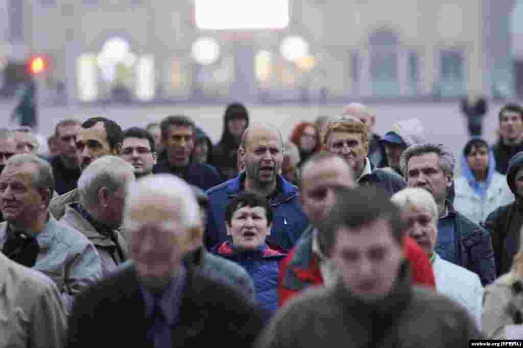 Участники акции заявили, что протест направлен против учений «Запад-2017», которые проводятся совместно с Россией на территории Беларуси, и «втягивания Беларуси ввоенно-политические блоки».