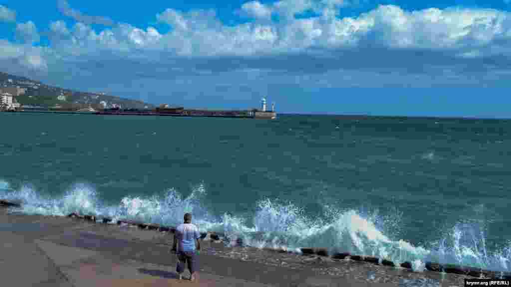 Не оминув шторм і Ялту. У його розпал хвилювання моря досягало шести балів, після трьох – купатися заборонено