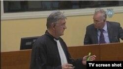 Mladić i branitelj u sudnici, 6. studenog 2012.