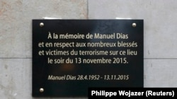 Одна из мемориальных досок в Париже на месте теракта, совершённого джихадистами