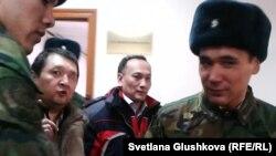 Сотталған Асқар Бөлдешев пен Талғат Жұмақанов (ортада) сот залынан шығып келеді. Астана, 5 желтоқсан 2013 жыл.