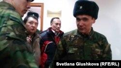 Подсудимых Талгата Жумаханова (второй слева) и Аскара Бульдешова (второй справа) выводят из зала суда. Астана, 5 декабря 2013 года.