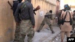 تصویر برگرفته از ویدئویی که نیروهای «خلافت اسلامی» را در کوبانی نشان میدهد
