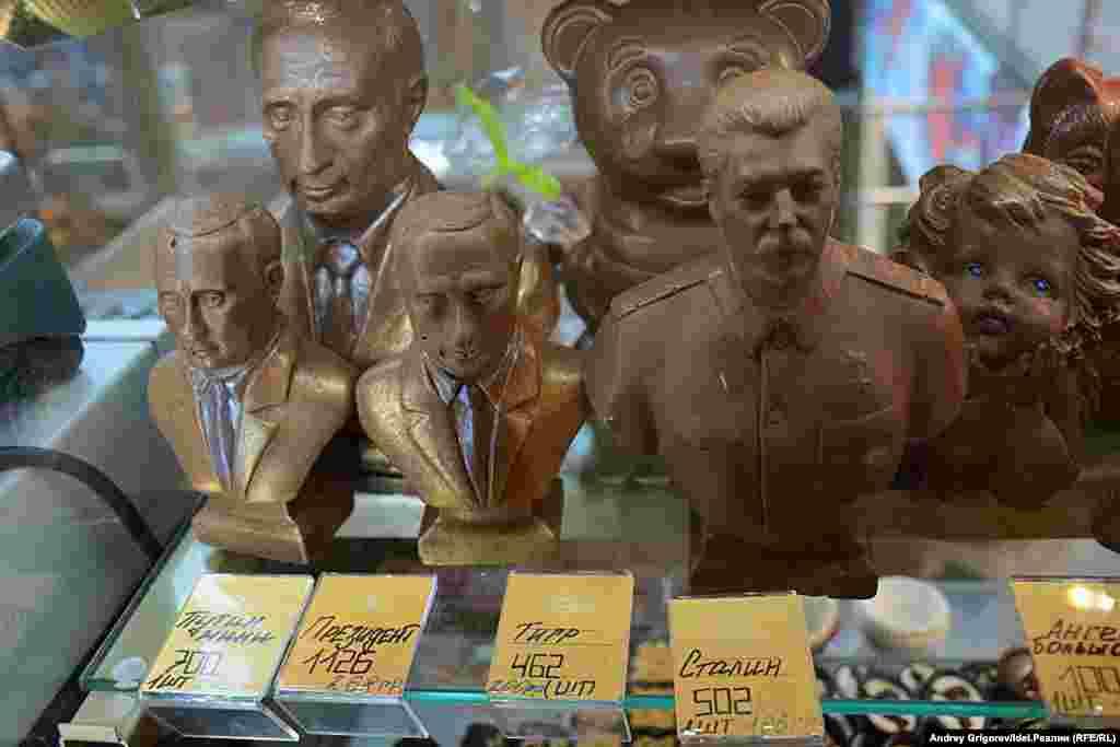 """ТРЦ """"Тандем"""". Здесь выставлены на продажу шоколадные бюстики Иосифа Сталина и Владимира Путина. Бюстики Путина мельче, но стоят дороже. В Сталина шоколада почему-то не докладывают."""