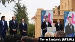 """""""ქართული ოცნება - დემოკრატიულმა საქართველომ"""" ზუგდიდელებს მერობის კანდიდატი დადიანების ეზოში გამართულ შეხვედრაზე წარუდგინა."""