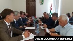 Участники встречи обсудили организацию воздушного транспортного сообщения между Абхазией и Россией, техническое состояние аэровокзала и аэропорта