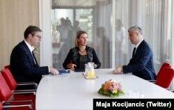 Përfaqësuesja e Bashkimit Evropian, Federica Mogherini në takim me presidentin e Kosvovës, Hashim Thaçi dhe homologun e tij serb, Aleksandar Vuçiq.