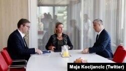 Presidenti i Serbisë, Aleksandar Vuçiq, shefja e BE-së për Politika të Jashtme dhe Siguri, Federica Mogherini dhe presidenti i Kosovës, Hashim Thaçi gjatë një takimi në Bruksel.
