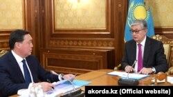 Президент Казахстана Касым-Жомарт Токаев (справа) проводит встречу с премьер-министром Аскаром Маминым, Астана, 20 марта 2019 года.