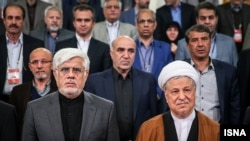 اکبر هاشمی رفسنجانی (راست) در کنار محمدرضا عارف
