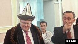 Роберт Симмонс, фиристодаи хоси дабири кулли НАТО, ҳини дидор аз Бишкек