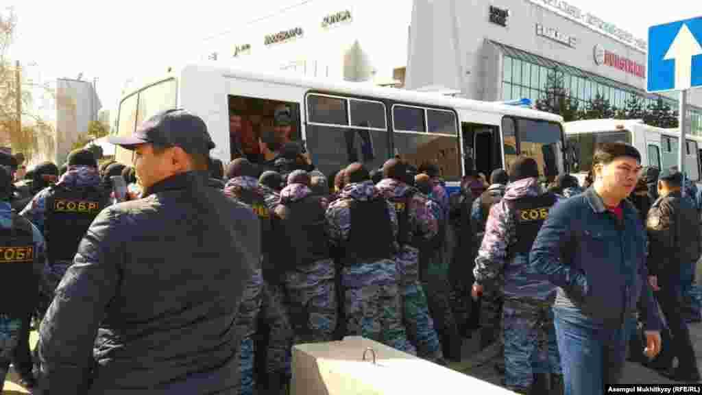 Однако через некоторое время сотрудники спецподразделения полиции начали задерживать людей и насильно заталкивать их в автобусы. Нур-Султан, 1 мая 2019 года.