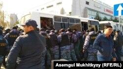 Арнайы жасақ адамдарды ұстап жатқан сәт. Нұр-Сұлтан, 1 мамыр 2019 жыл.