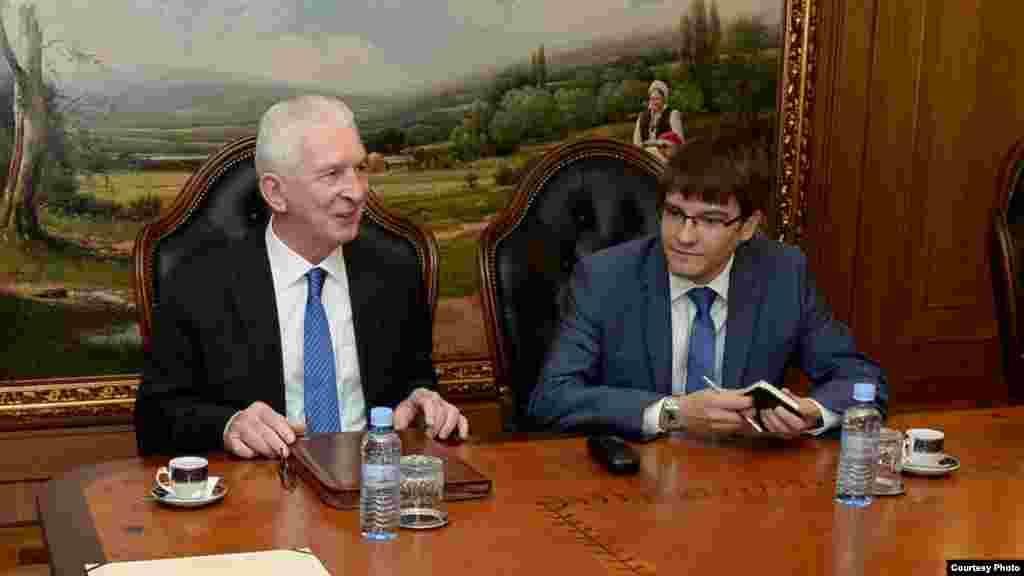 македонија - Рускиот амбасадор Олек Шчербак изјави дека неговата земја сака односите со Македонија да се унапредуваат успешно, конструктивно и во духот на соработката, заемното разбирање и рамноправност. Според него, Русија се обидува да биде добар партнер, а како ќе се однесува Македонија, тоа е нејзино суверено право. Шчербак при неговата посета на Прилеп ги отфрли како пропаганда обвинувањата дека Русија се меша во дел од земјите на Балканот со цел тие да не влезат во НАТО, како и во решавањето на спорот за името меѓу Македонија и Грција.
