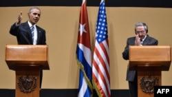 Barack Obama (majtas) dhe presidenti i Kubës, Raul Castro, gjatë konferencës së përbashkët për gazetarë në Havanë më 21 mars të këtij viti