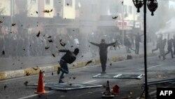 Илустрација: Судири на курдски демонстранти со полицијата во Дијарбакир.