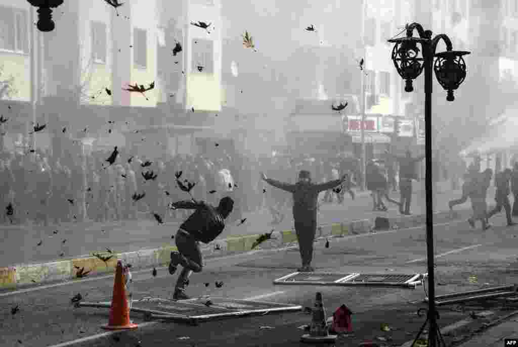 Столкновения курдов с турецкой полицией в Диярбакыре 14 декабря. Курды протестуют против введения комендантского часа в населенных пунктах.