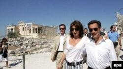 Скажи, которая Сесиль? Николя Саркози (справа) допустил жену к собственной раскрутке и едва не поплатился за это. На развалинах Парфенона