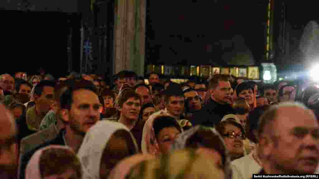 Віряни у Володимирському соборі у Великодню ніч