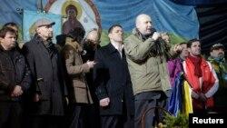 Исполняющий обязанности президента Украины Александр Турчинов на сцене Майдана
