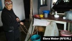 Пенсионерка Тынышкуль Карипова набирает воду из своего колодца, которую использует только для технических нужд. Темиртау, 6 сентября 2018 года.