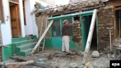 Pakistan -- A man rebuilds his house damaged by earthquake in Ayun village in Chitral valley, Pakistan, 31 October 2015.