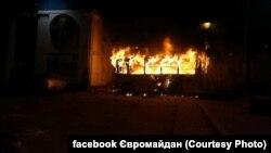 Біля стадіону «Динамо» палає автобус, Київ, 19 січня 2014 року