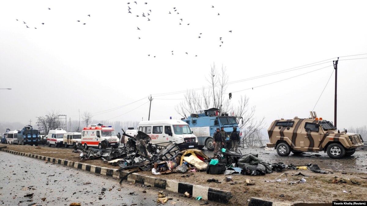 По меньшей мере четыре индийские солдаты и один гражданский погибли в результате нападения в Кашмире