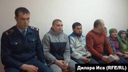 Житель Сайрамского района Южно-Казахстанской области Дастанбек Белдимуратов (второй слева) в суде по его делу. 26 февраля 2018 года.