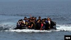 Човен з мігрантами біля острова Лесбос, Греція