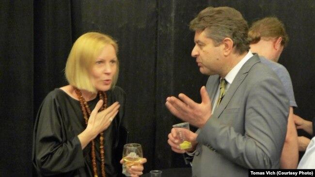Ленка Віхова та посол Євген Перебийніс після показу «Кіборгів»