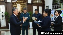 Шавкат Мирзиёев Бухоро вилояти расмийлари билан учрашув пайтида. Президент расмий сайтидан олинган фотосурат.