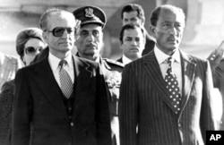 سادات روابط حسنهای با محمدرضا پهلوی، شاه ایران داشت و پس از انقلاب با آغوش باز پذیرای او شد