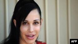 نادیا سولمان، زن آمریکایی که با روش لقاح مصنوعی ۱۴ فرزند به دنیا آورده است.
