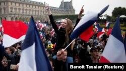 Сторонники Макрона празднуют его победу на выборах президента Франции.