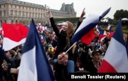 Сторонники Эммануэля Макрона празднуют победу своего кандидата.