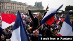 Сторонники Макрона празднуют его победу на выборах президента Франции